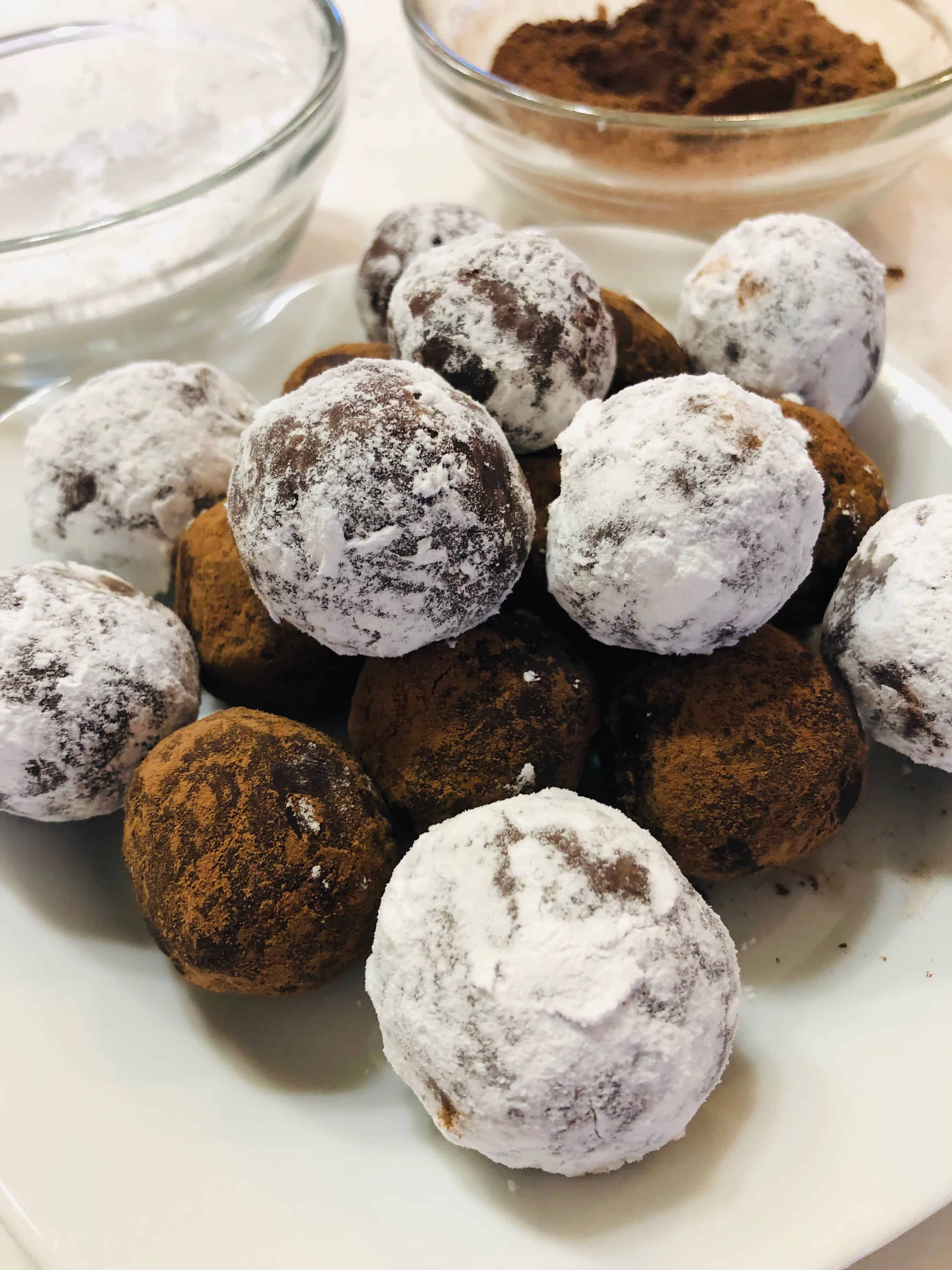 no bake bourbon balls dusted with sugar